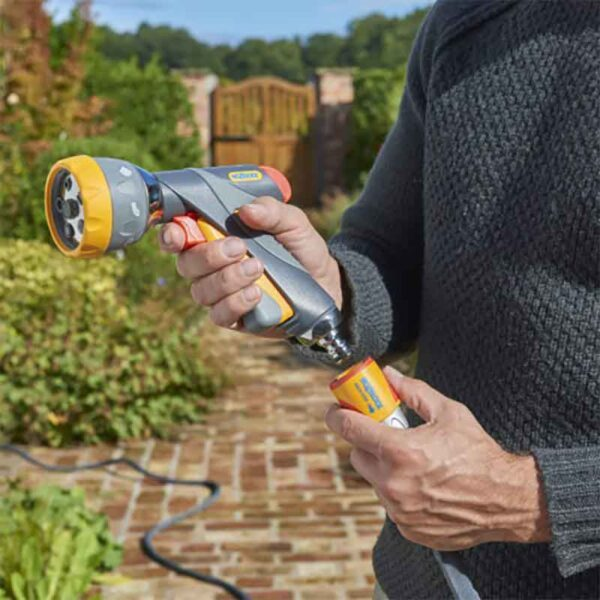 Attaching the Hozelock Multi Spray Pro Set with 7 settings