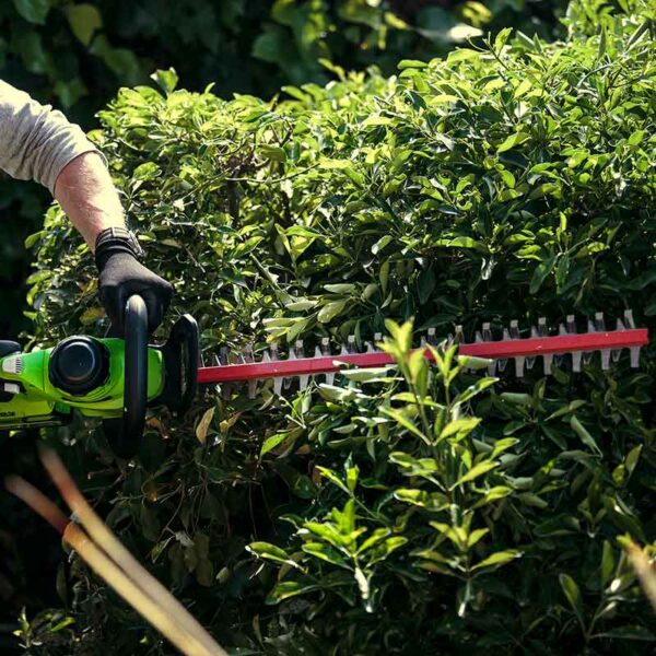 Greenworks 40V 61cm Hedge Trimmer With 2Ah Battery & Charger lifestyle 2