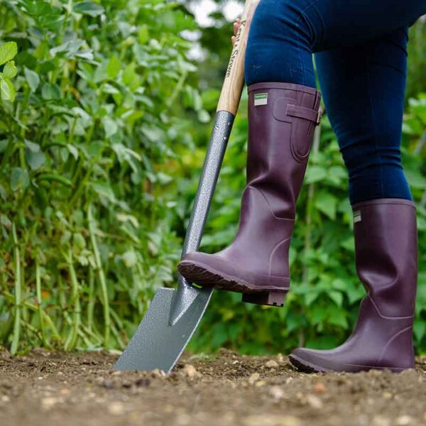 Kent & Stowe Carbon Steel Border Spade in use