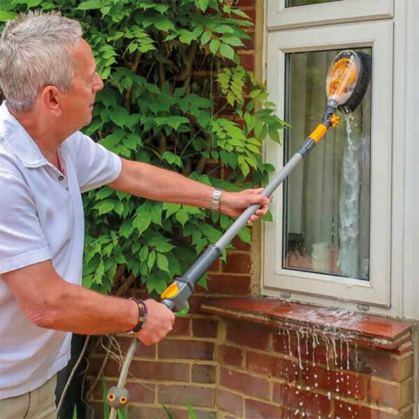 Window cleaning with the Hozelock Long Car Brush Pro
