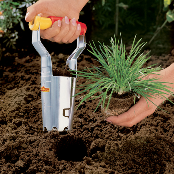 Using Wolf Garten Bulb Planter with Fixed Handle (6cm³)