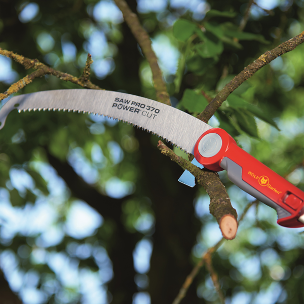 Prune branches with the Wolf Garten multi-change Professional Pruning Saw